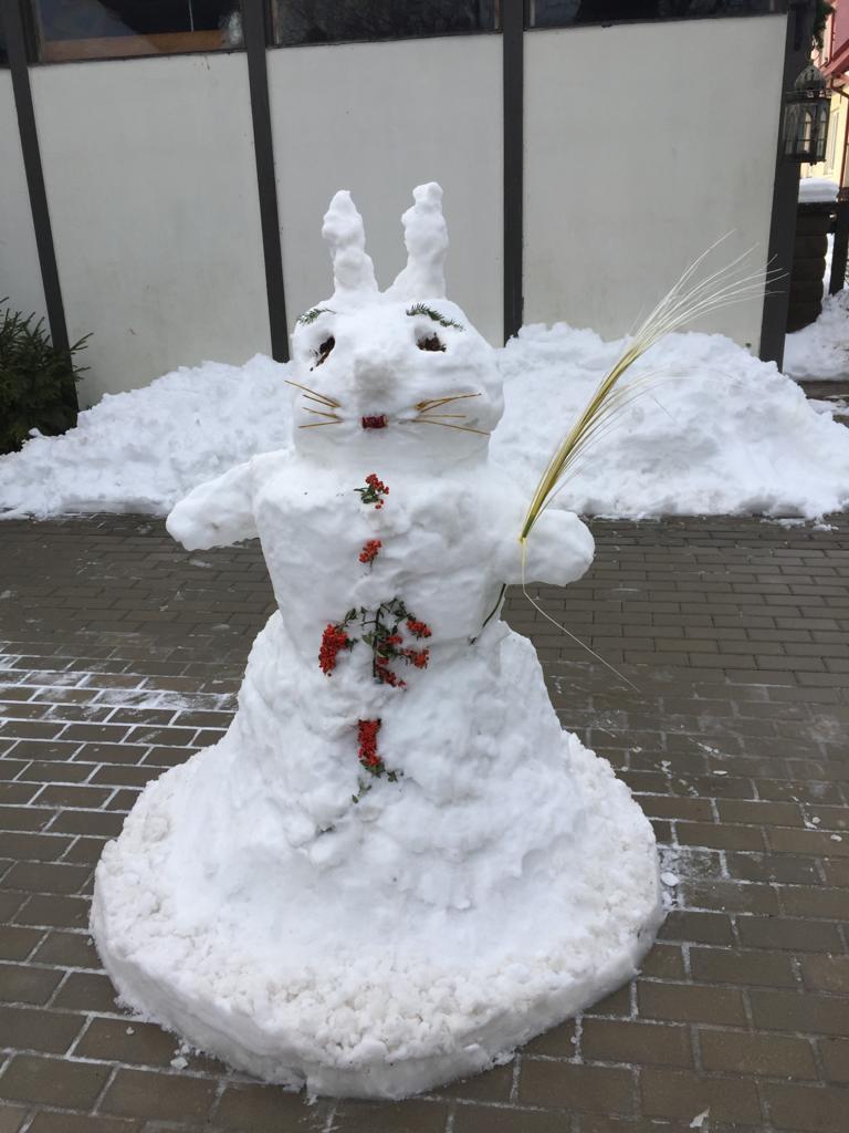 Sniega skulptūras.